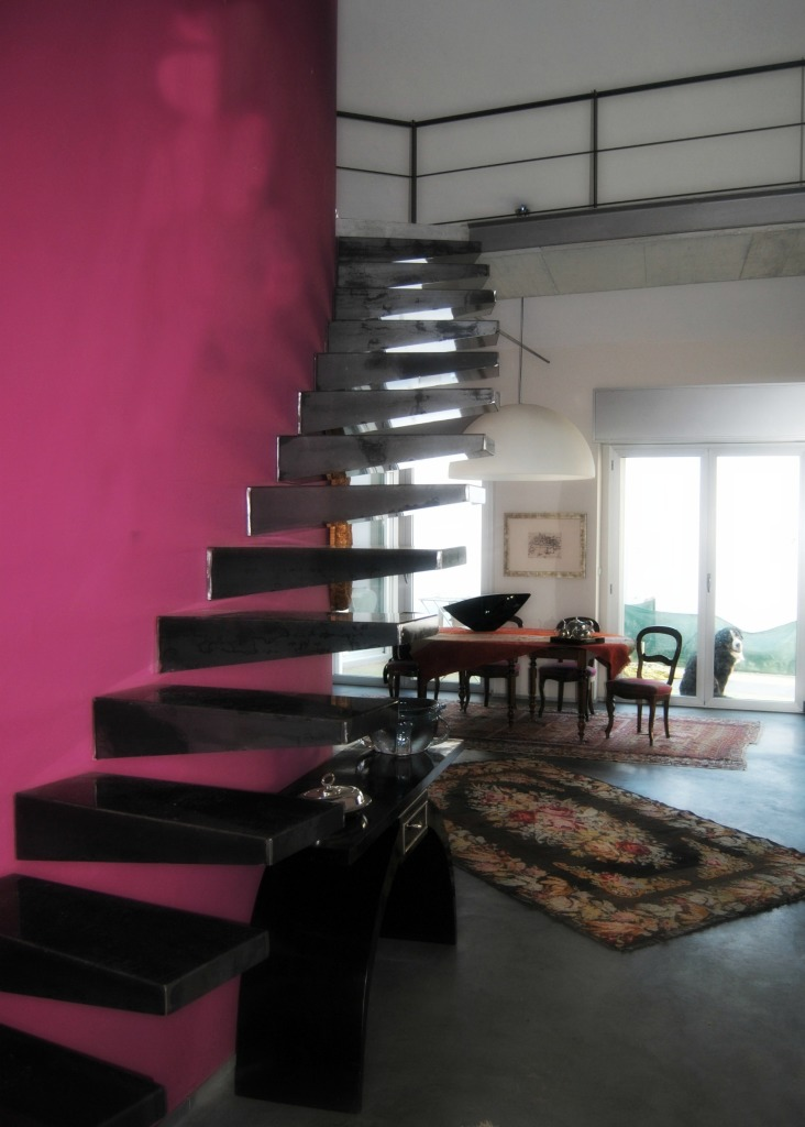 iron_staircase_red_grey_livingroom