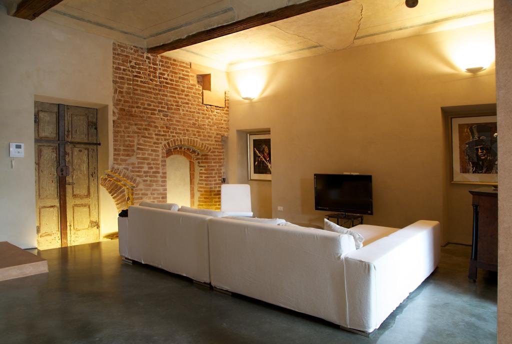 living room_white_restoration_exposed brick